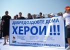 Foto: Maķedoniešus mājās sagaida kā varoņus