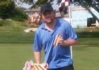 Foto: Kesels no Stenlija kausa ēd hotdogus un sūta sveicienu ienaidniekam