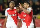"""PSG fiasko, """"Monaco"""" 5:0, Lionas vārtsargam iemet ar divām petardēm"""