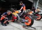 Pirmoreiz MotoGP testos ātrākais laiks Markesam, pieci braucēji krīt