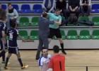 """Video: Gandrīz kā Grieķijā - telpu futbola pusfinālā """"Rabas"""" prezidents grūsta tiesnesi"""