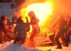 Video: Sportisti Sarmas rallijā cīnās ar kupenām; Lietuvas ekipāžai aizdegas mašīnas motortelpa