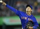 Fans savaino Japānas beisbola leģendas roku
