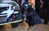 Foto: Rallija braucējs māca dāmām nomainīt automašīnas riteni
