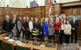Foto: Saeimā sveic Latvijas sieviešu florbola izlasi