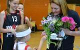 """Foto: Sju Viksa saņem ziedus un suvenīrus no """"Kolibrī"""" spēlētajām"""