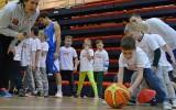 """Foto: Mazie cēsinieki piedalās """"Basketbols aicina"""" nodarbībās"""