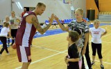 """Foto: """"Sportland pirmie soļi basketbolā"""" uzvarētāji viesojās valstsvienības treniņā"""