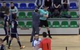 """Video: Gandrīz kā Grieķijā - Telpu futbola pusfinālā """"Raba"""" prezidents grūsta tiesnesi"""