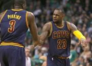 """""""Cavaliers"""" <i>izslēdz</i> Bostonu, Lavam trauma, """"Clippers"""" panāk neizšķirtu"""