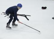 Tiesu izpildītājs apķīlā hokejista nūjas