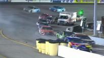 Ātrās palīdzības mašīna izraisa haosu NASCAR sacīkstēs