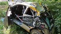 Lietuviešu rallija ekipāža smagi avarē un iznīcina automašīnu