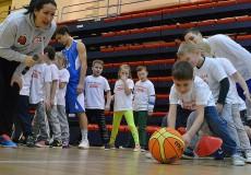 """Mazie cēsinieki piedalās """"Basketbols aicina"""" nodarbībās"""
