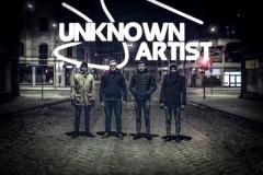 """Video: Grupa """"Unknown Artist"""" dāvina dziesmu sievietēm"""