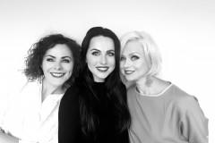 """Video: Trio """"Saldais"""" TV3 20 gadu jubilejā dāvina <i>zemenes</i>"""
