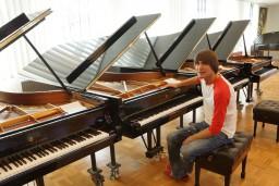 """""""Steinway"""" rūpnīcā Hamburgā Vestards Šimkus izvēlas jauno Dzintaru koncertzāles koncertflīģeli"""
