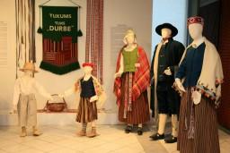 Tukuma Audēju darbnīcā atklāta plaša tautastērpu kolekcijas izstāde