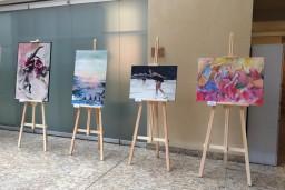 Rātsnamā apskatāma sportam veltīta jauno mākslinieku darbu izstāde