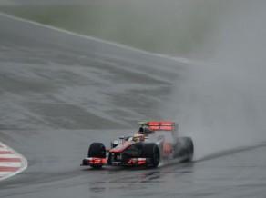 Lietainos Lielbritānijas F1 treniņos ātrākie Grožāns un Hamiltons