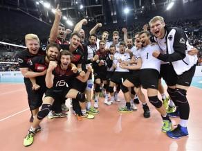 Vācieši uzvar piecu setu trillerī un finālā tiksies ar Krieviju