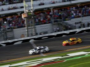 Startējot no pēdējās vietas, Keslovskis uzvar sezonas pirmajās NASCAR sacīkstēs