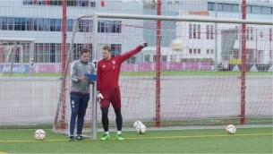 """Video: """"Bayern"""" vārtsargs Noiers atvaira sitienu neskatoties"""