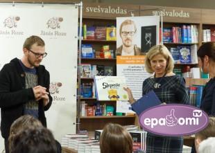 Video: Jānim Joņevam pasniedz ES Literatūras balvu