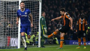 ''Chelsea'' uzvar ''Hull'' un turpina izrāvienu