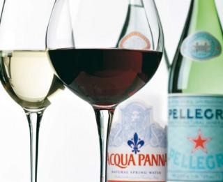 Video: Pasaulē slavens vīnzinis Rīgā māca kā pārot vīnu un ūdeni
