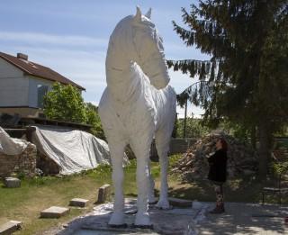 Jau pavisam drīz Rotko centra spoku zirgs dosies no Liepājas uz Daugavpili
