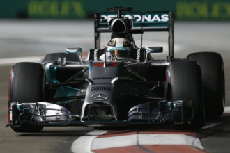 Hamiltons par septiņām tūkstošdaļām apsteidz Rosbergu un uzvar Singapūras kvalifikācijā