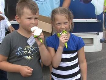 """Video: Bērni ar sacensībām, kokteiļiem un diskotēku sagaida pašu radīto saldējumu """"Brazīlija''"""