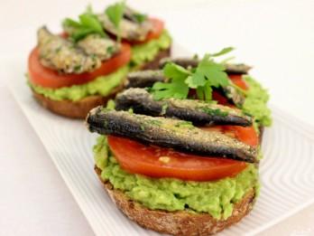 Brīvdienu brokastu gardums: Avokado un šprotu maizītes