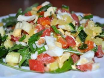 Pavasarīgie dārzeņu salāti ar rukolu