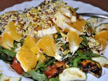 Svaigie salāti ar apelsīnu un diedzētām redīsu sēklām