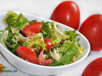 Svaigie dažādu lapu un tomātu salāti