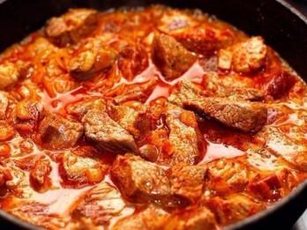 Liellopa gaļas ragū ar ingveru un kariju