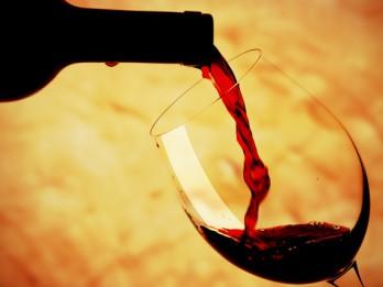 Kā pareizi atvērt vīna pudeli, kā vīnu ieliet glāzē un kā baudīt