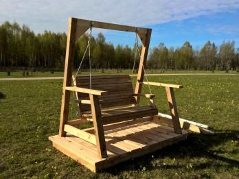 Latvijas un Lietuvas jaunieši dāvina Likteņdārzam koktēlniecības darbus