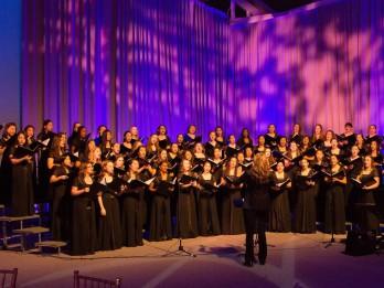 """Uz sadraudzības koncertu Rīgas sv. Pētera baznīcā aicina koklētāju ansamblis """"Cantata"""" (Latvija) un Veleslijas Koledžas sieviešu koris (ASV)"""