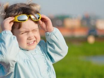 Kas vecākiem jāzina par bērna pārkaršanu saulē?