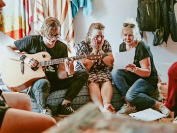 Tapuši 16 skaņdarbi, kas palīdzēs grūtības nonākušajiem mūziķiem
