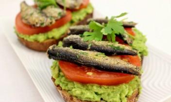 Brokastu gardums: Avokado un šprotu maizītes