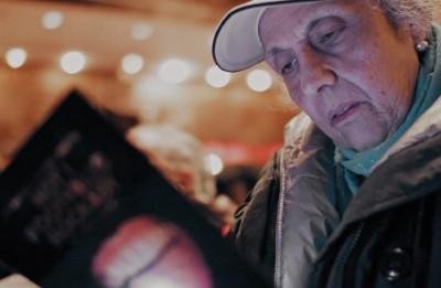 """Pēc dokumentālās filmas """"Vienu biļeti, lūdzu!"""" seansa  tikšanās ar režisoru un Ņujorkas teātru leģendu Nikiju Kokrenu (ASV)"""
