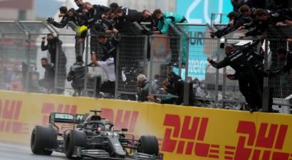 Hamiltons apsteidz Botasu par apli un kļūst par septiņkārtēju F1 čempionu