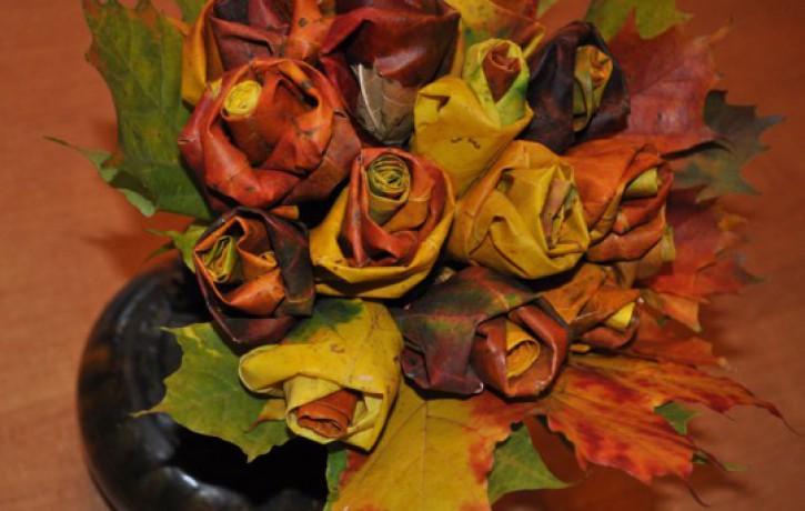 Radoša ideja: rožu pušķis no kļavu lapām