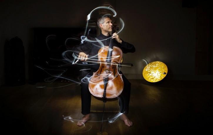 Izcilais britu čellists Metjū Bārlijs festivālā Ad Lucem uzstāsies ar astoņu stundu garu nakts koncertu