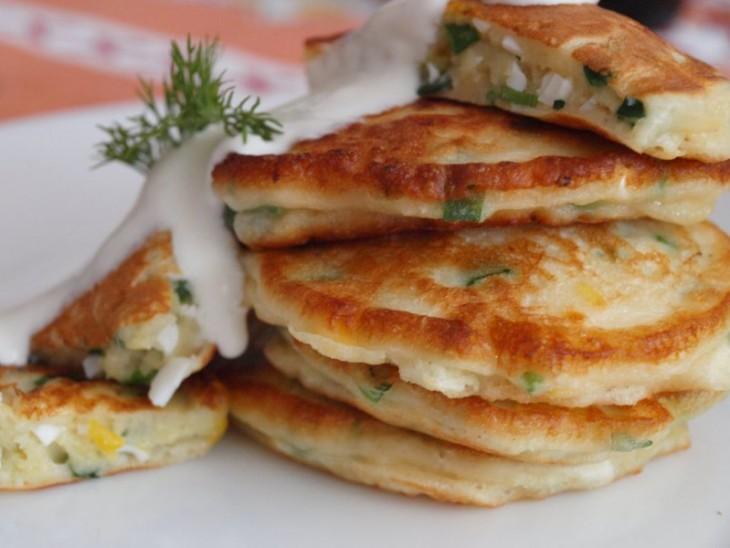 Gardās svētdienas brokastis: pankūkas ar zaļumiem un olu