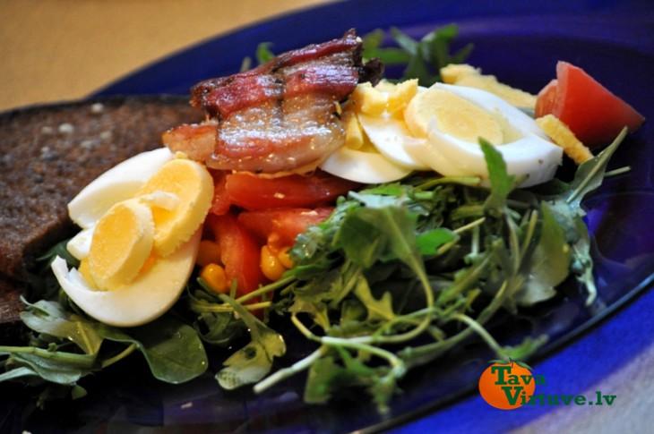 Kreftīgie salāti ar ķiploku grauzdiņiem